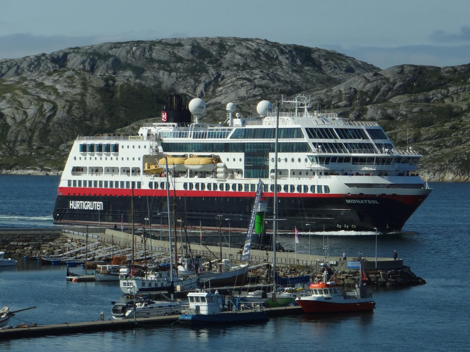 Hurtigruten läuft in Bodø ein